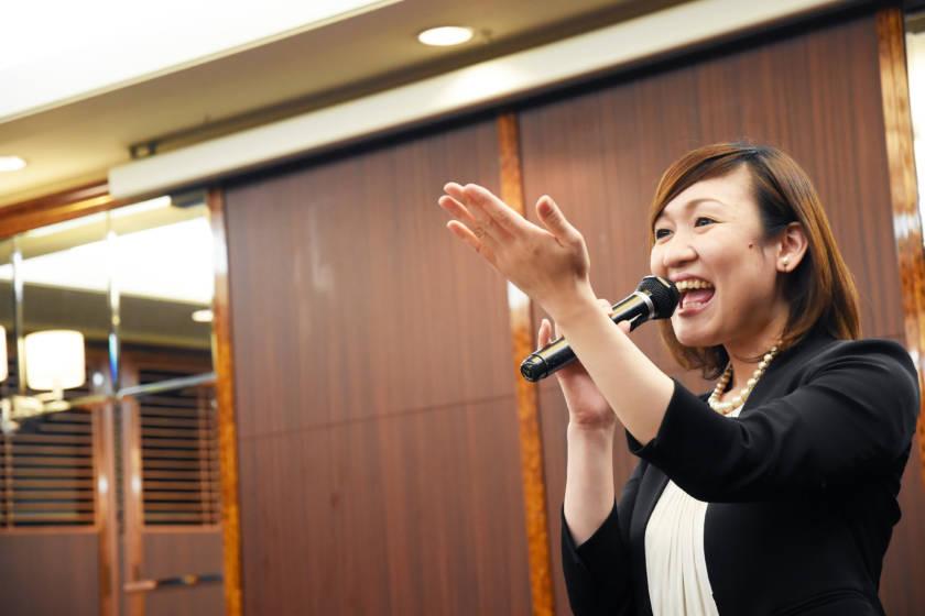 写真:笑顔でMCを務める女性