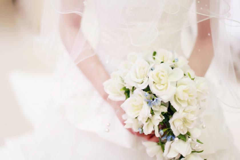 写真:ブーケを持った花嫁の手元